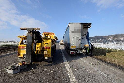 Zwei Lastwagen fahren auf der A 81 bei Herrenberg aufeinander. Ein 55-jähriger Fahrer wird tödlich verletzt. Zwischen Herrenberg und Gärtringen war die Autobahn Richtung Stuttgart voll gesperrt. Es kommt zu einem bis zu zehn Kilometer langen Stau. Foto: 7aktuell.de/Eyb