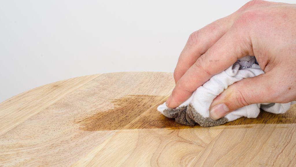 Wasserflecken auf Holz entfernen – mit einfachen Mitteln
