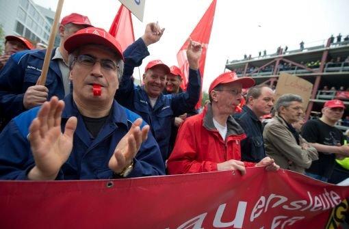 Erste Warnstreiks im Tarifkonflikt in der Metall- und Elektroindustrie: Im Daimler-Werk in Sindelfingen legen Beschäftigte der Nachschicht die Arbeit nieder. Foto: dpa