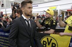Moritz Leitner zieht das Dortmunder Trikot aus und das Stuttgarter Trikot an. Foto: EPA