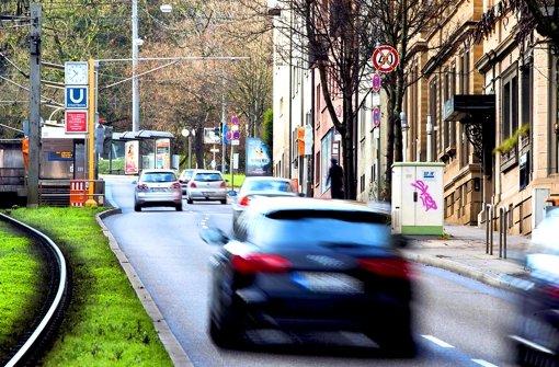 Damit die Messstation (rechts) weniger Stickoxide registriert, müssen die Autos auf der Hohenheimer Straße langsamer rollen. Auf dem Foto ist das Tempo-40-Schild noch durchgestrichen, von Donnerstag an gilt aber die Geschwindigkeitsbegrenzung. Foto: Michael Steinert