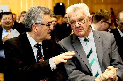 Angespannt: Beamtenbundchef Stich (links) und Regierungschef  Kretschmann. Foto: dpa