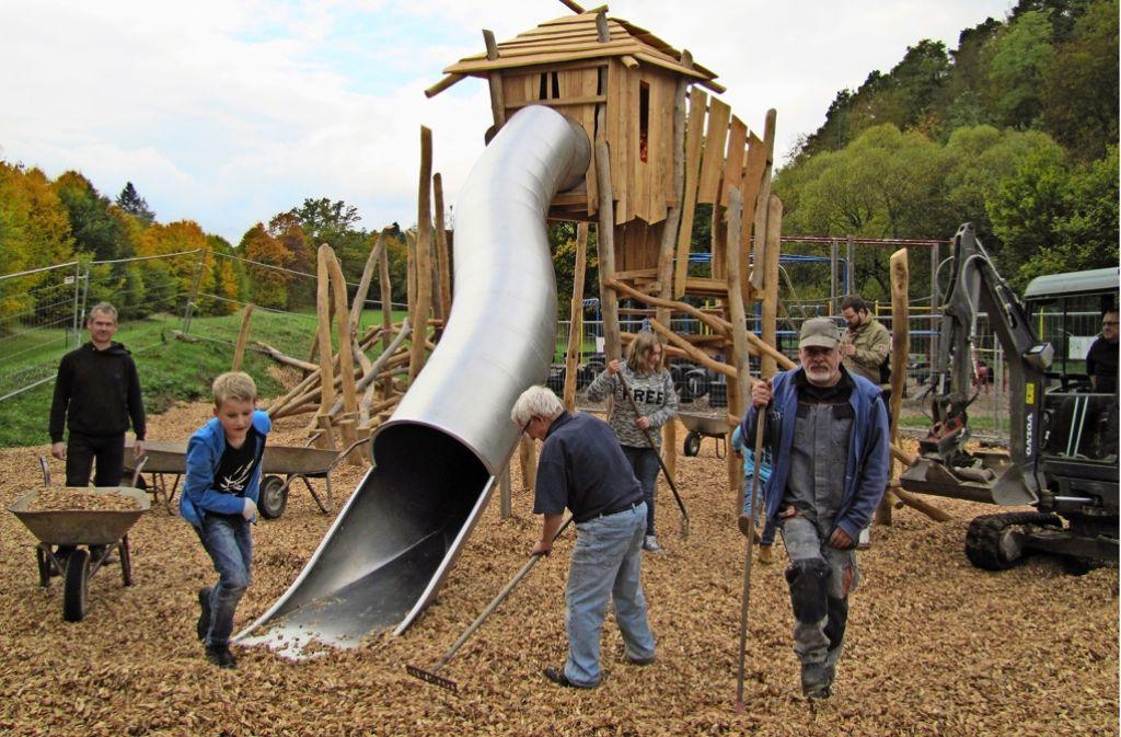 Klettergerüst Outdoor Metall : Spielplatz im freien landschaft mit klettergerüst rasen und