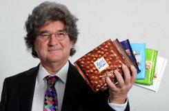 Quadratisch, praktisch, gut. Nicht nur Naschkatzen ist dieser Slogan ein Begriff. Die Alfred Ritter GmbH & Co. KG stand im Jahr 2010 mit einem Marktanteil von 17,3 Prozent auf dem deutschen Tafelschokoladenmarkt immerhin an zweiter Stelle hinter dem Marktführer Kraft Foods mit Milka. Der Mann hinter dem Familienunternehmen aus Waldenbuch ist bAlfred Theodor Ritter/b. Der Enkel des Unternehmensgründers Alfred Ritter senior wurde 1953 in Stuttgart geboren und leitet gemeinsam mit seiner Schwester Marli Hoppe-Ritter das Unternehmen. Der 60-Jährige ist außerdem Mitbegründer der Ritter Gruppe, die Vakuumröhrenkollektoren und ökologische Heizsysteme herstellt. In diesem Zusammenhang wurde er mehrfach für sein Engagement im Bereich Erneuerbare Energie ausgezeichnet. Foto: dpa