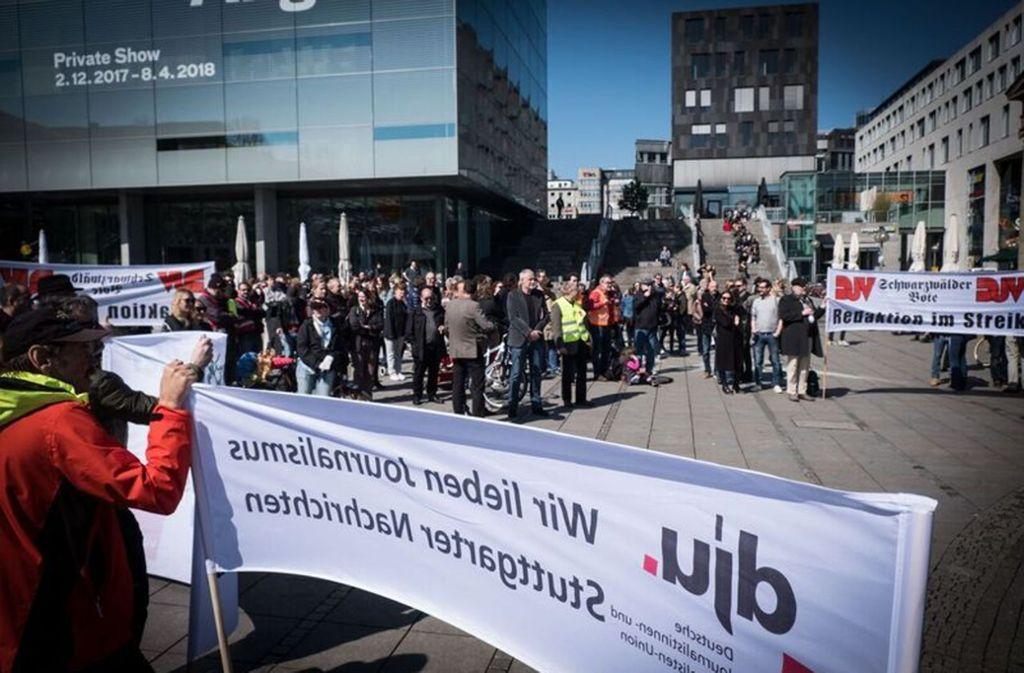 Hunderte Redakteure gehen im Südwesten für angemessene Lohnerhöhungen auf die Straße. Hier nehmen Journalisten an einer Streikkundgebung am vergangenen Freitag auf dem Stuttgarter Schlossplatz teil. Foto: Lichtgut/Zweygarth