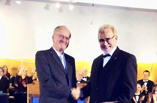 Der Bürgermeister Wolfgang Faißt (links) gratuliert Jost Goller. Foto: privat