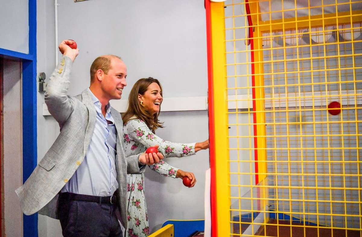 Royals besuchen Insel Barry: Prinz William und Herzogin Kate haben Spaß in Spielhalle