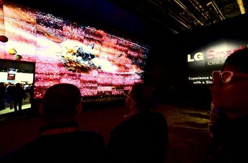 Am Stand von LG schauen sich Messebesucher ein 3-D-Video an. Die Technik ist vorhanden, doch die Inhalte fürs 3-D-Fernsehen fehlen. Foto: dpa