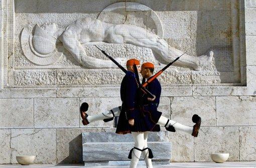 Griechische Soldaten paradieren vor dem Grab des unbekannten Soldaten in Athen. Trotz aller Sparprogramme  ist diese Touristenattraktion  gesichert Foto: AP