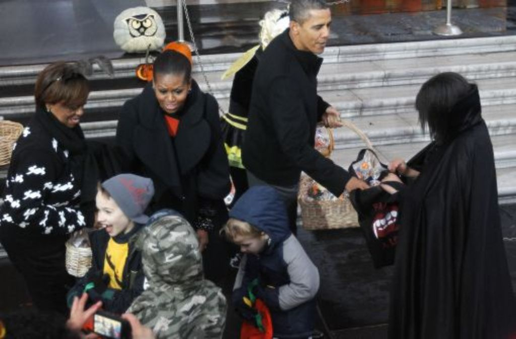 obamas verteilen s es wei es haus im halloween fieber panorama stuttgarter zeitung. Black Bedroom Furniture Sets. Home Design Ideas