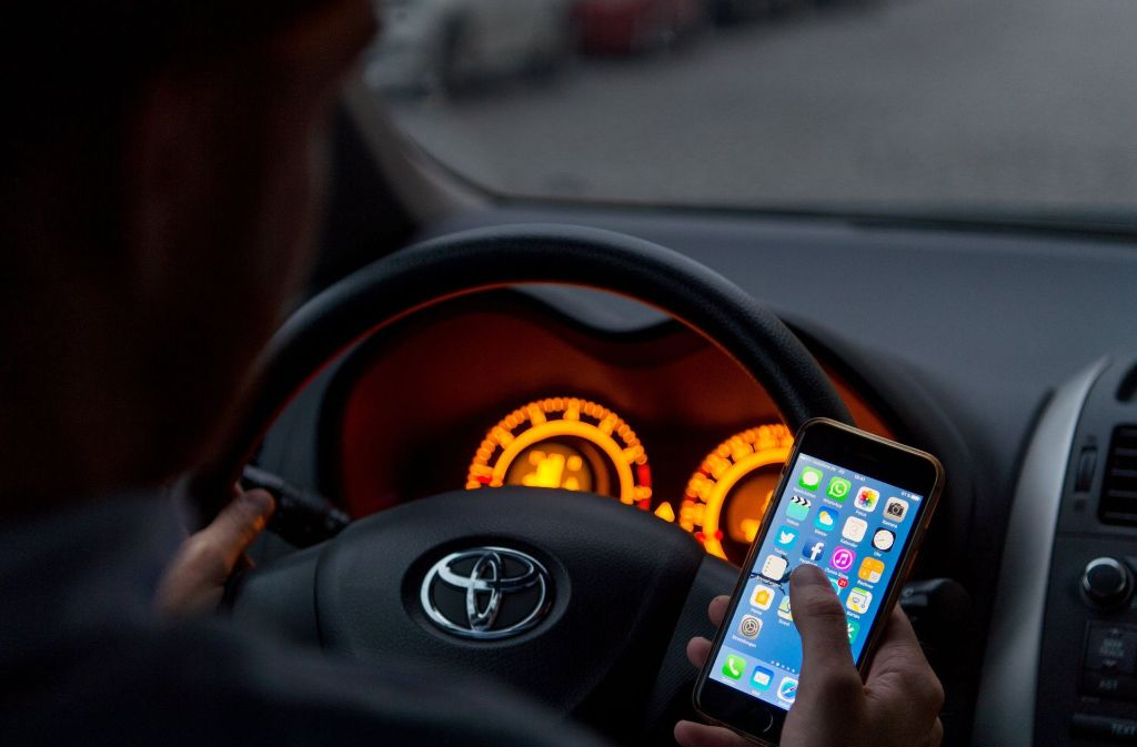 smartphones im verkehr warum handynutzung am steuer gef hrlich ist stuttgart stuttgarter. Black Bedroom Furniture Sets. Home Design Ideas