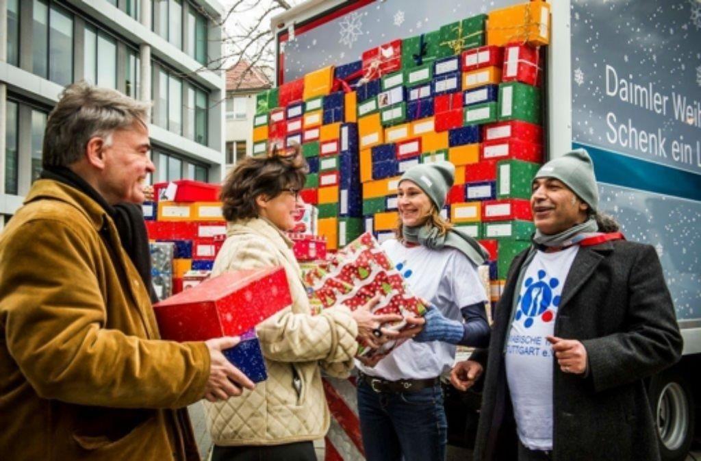 Weihnachten in Bad Cannstatt: Daimler-Mitarbeiter packen Päckchen ...