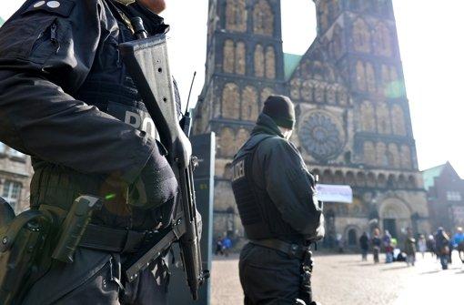 Polizei setzt mehrere Personen fest