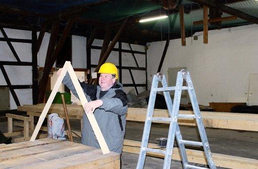 Martin Dolde ist ein Experte in Sachen Kelterbau. Hier erklärt er gerade, was es mit der Dachkonstruktion auf sich hat. Foto: Maira Schmidt