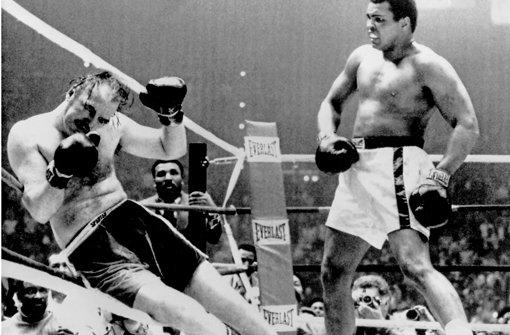 Muhammad Ali (rechts) schlägt Chuck Wepner im März 1975 k.o.  Muhammad Ali (rechts) schlägt Chuck Wepner im März 1975 k.o. Muhammad Ali (rechts) schlägt im März 1975 Chuck Wepner k.o. Foto: dpa