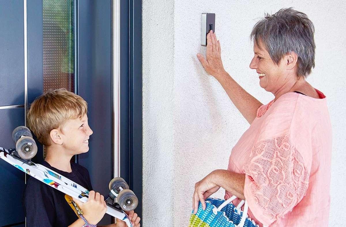 Mittels Fingerprint kann man die Haustür einfach und komfortabel mit dem Finger öffnen. Man