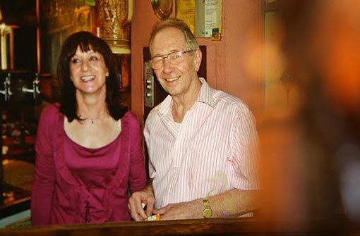 Vor allem die Stuttgarter Kulturszene trauert um den verstorbenen Chef des legendären Cafés Weiss. Hinter dem Tresen hängt ein Foto von Heinz Weiss, das ihn mit seiner Frau zeigt. Foto: Zweygarth