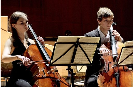 Rebecca Krieg und Kilian Schwarz mit ihren Cellos. Foto: factum/Bach