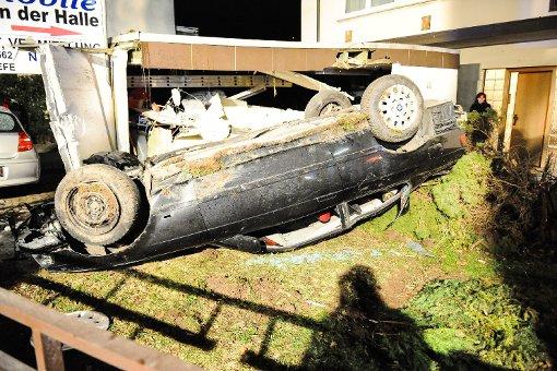 Auto überschlägt sich und kracht in Garage