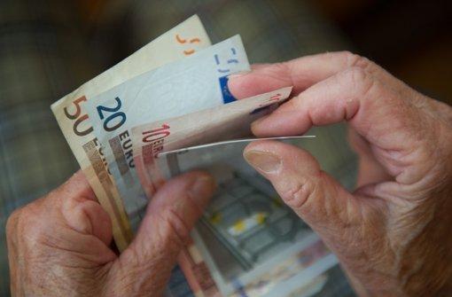 Lebensversicherungen  verlieren ihre Attraktivität, wenn das Geld der Kunden nicht mehr frei von allzu großen Risiken angelegt werden kann. Foto: dpa