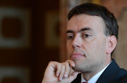 Der baden-württembergische Finanzminister Nils Schmid sieht sich mit harten Vorwürfen der Opposition konfrontiert: Er soll Parteifreunde ungewöhnlich schnell befördert haben. Foto: dapd