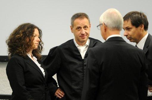 Die Anwälte des beklagten Vaters des Amokläufers von Winnenden stehen in einem Gerichtssaal des Stuttgarter Landgerichts. (Archivfoto) Foto: dpa