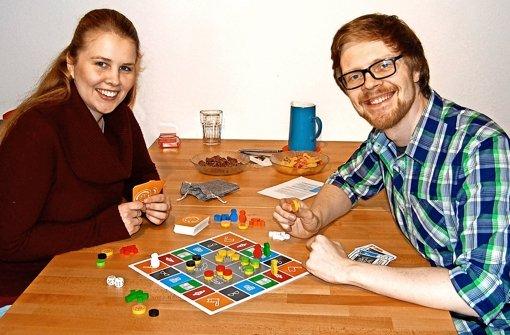 Alina Herr und Alexander Komar mit dem Prototypen ihres Gesellschafts-Spiels, mit dem sie Diskussionen anregen möchten. Foto: privat