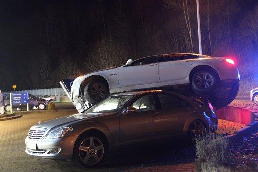 Autofahrerin schanzt auf Mercedes