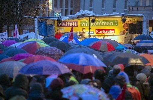 Rund 1000 Menschen demonstrieren in Karlsruhe