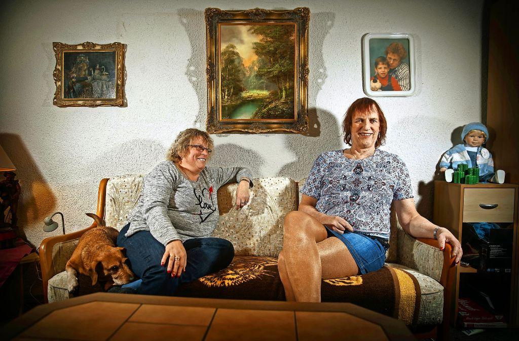 Marion Links Und Nicki Bolton Mit Ihrem Dackel Bobby Im Heimischen Wohnzimmer Foto