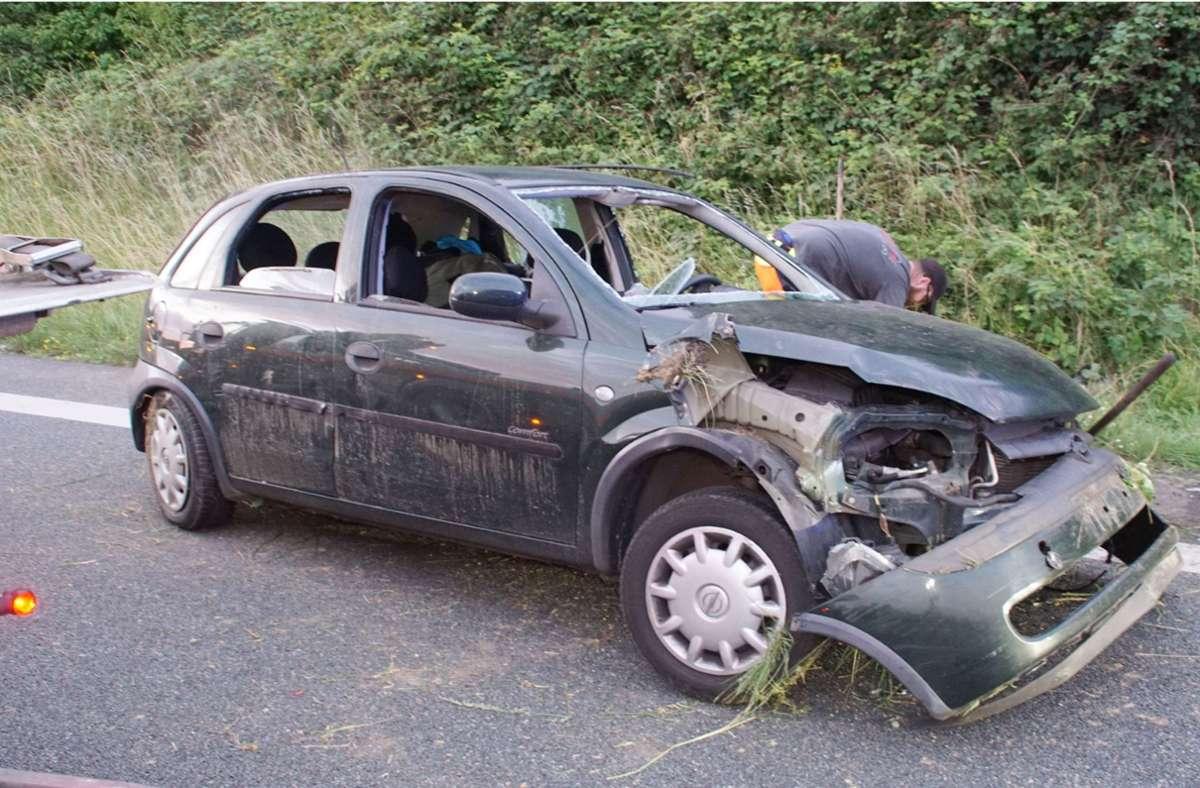 Unfall auf A8 bei Pforzheim: Auto überschlägt sich nach Reifenplatzer – zwei Schwerverletzte