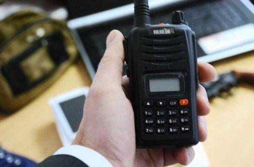 Der bei dem Angeklagten entdeckte Störsender ähnelt einem Walkietalkie. Dieses Gerät wurde bei einem weiteren mutmaßlichen Täter in Düsseldorf  sichergestellt. Foto: Polizei