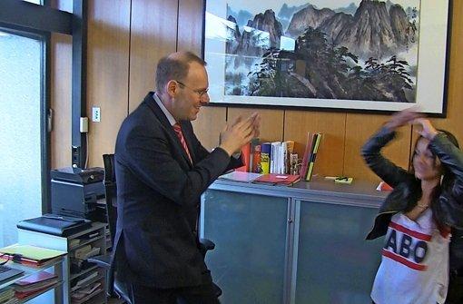 Der OB tanzt happy durch sein Büro