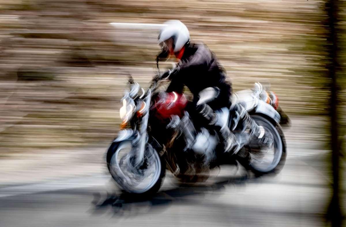 Filderstadt - Auto stößt mit Motorradfahrer zusammen