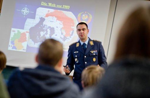 Hauptmann Tobias Dürr erläutert den Schülern die Weltlage. Foto: Martin Stollberg