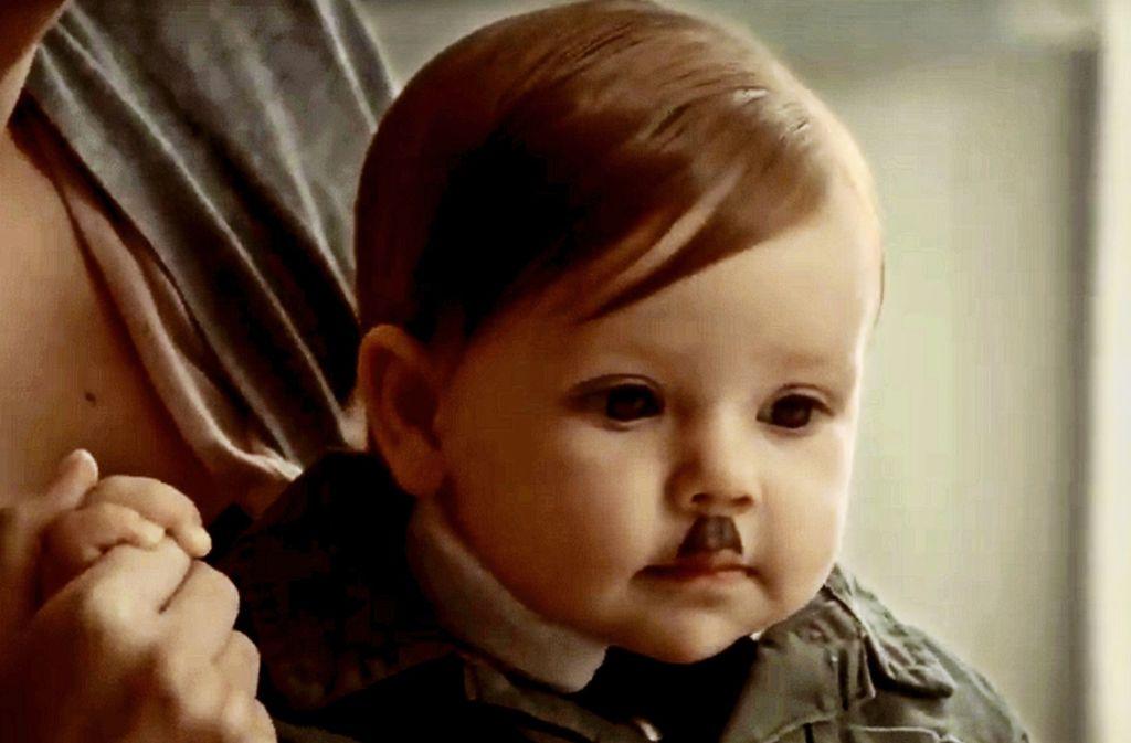 """Eine Szene aus der Serie """"After Life"""" von und mit Komiker Ricky Gervais: Die Eltern haben den Sohn als Mini-Hitler verkleidet, nicht er sich selbst. Foto: NETFLIX/All rights reserved"""
