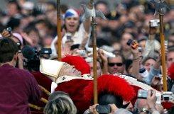 b2. April 2005:/b Papst Johannes Paul II. ist tot. In einem Gedenkgottesdienst beklagen Katholiken weltweit den Tod des Kirchenoberhaupts. Im Mai soll das Konklave zusammentreten um einen neuen Papst zu wählen. Foto: dpa