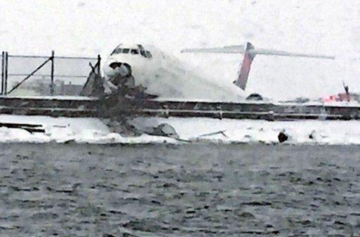 Flugzeug von Landebahn gerutscht