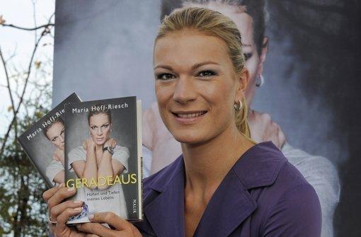 In den Buchhandlungen finden sich zahlreiche Sportler-Memoiren. Auch Skifahrerin Maria Höfl-Riesch hat ein Buch veröffentlich. Foto: dapd