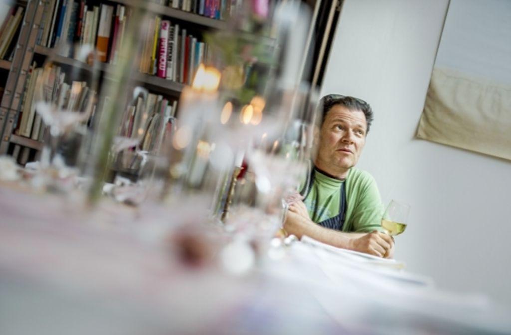Knstler Und Koch Bei Der Arbeit Mario Ohno In Seiner Einzimmertafel Foto Stollberg