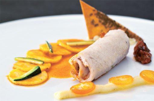 Schwertfischrouladen mit Auberginenfüllung an Safran-Orangen-Kartoffeln und Sesamsegel. Foto: Verlagsedition netzwerk