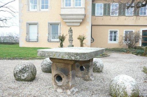 Im Innenhof der Pfalzgrafenburg, dem heutigen Rathaus, lag der Meteorit auf einem steinernen Tisch. Foto: Fritz