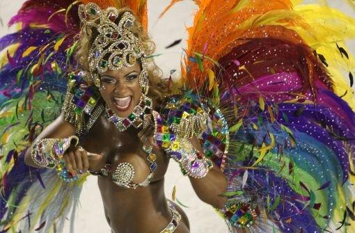 Rios Narren feiern bis Aschermittwoch beim Defilee der großen Sambaschulen durch. Klicken Sie sich durch die Fotos aus dem Sambódromo ... Foto: dpa