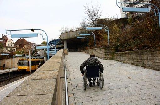 Selbstversuch im Rollstuhl wird zum Kraftakt: Um die Rampe bewältigen Der Selbstversuch im Rollstuhl wird zum Kraftakt. Um die Rampe bewältigen Foto: Torsten Ströbele