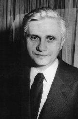 b19. April 2005:/b Das Konklave bestimmt Kardinaldekan Joseph Ratzinger – hier auf einem Bild aus dem Jahr 1977 –    im vierten Wahlgang zum neuen Papst.  Foto: dpa