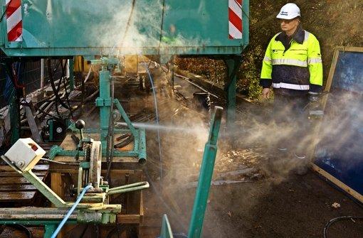 Spezialisten der Firma Keller setzen alle Hebel in Bewegung. Sie  probieren, der verstopften Geothermiesonde mit mehr Druck  beizukommen, Foto: factum/Weise