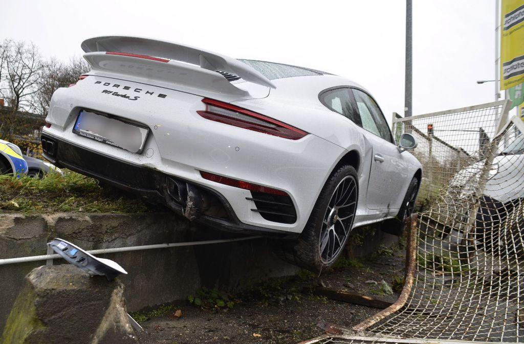 Zuffenhausen Porsche Schleudert Gegen Zaun Zuffenhausen Stuttgarter Zeitung
