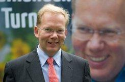 """b Sebastian Turner /b studierte Politik und Wirtschaft und bekommt Unterstützung von CDU, FDP und Freien Wählern. Sein Berufsweg zeigt ein vielfältiges Aufgabenspektrum, aber vor allem ist Turner Werbefachmann. Mit Kommunalpolitik direkt habe er noch nichts zu tun gehabt, so Turner. Ihm helfe die """"Perspektive eines Bürgers"""", durch die er selbst die Verwaltung kennengelernt habe. a href=http://www.stuttgarter-zeitung.de/inhalt.stuttgarter-ob-wahl-darin-liegt-ein-teil-der-versoehnung-page2.b48c280c-19b9-40c2-9bbc-7e7194d145eb.html target=_blankAn der Politik reizen ihn """"Inhalten und Aufgaben – und nicht die Amtskette oder das Dienstauto.""""/a  Foto: dpa"""