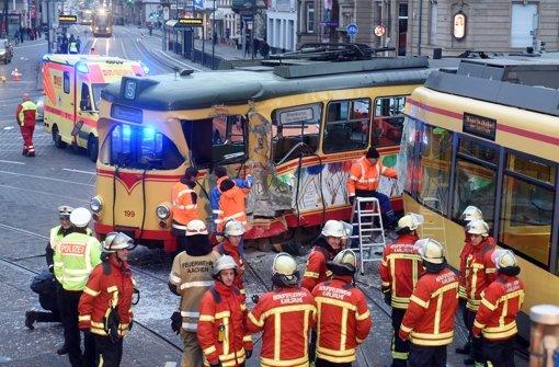 Straßenbahnunfall fordert zwölf Verletzte