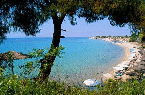"""Heller Sand, türkisfarbenes Meer: Ein Hauch von Karibik am Agios Ioánnis Beach, einem der schönsten Strände auf Sithonia, dem mittleren """"Finger"""" der griechischen Chalkidiki. Foto: Brandl"""